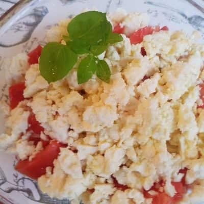 Салата с домати сирене