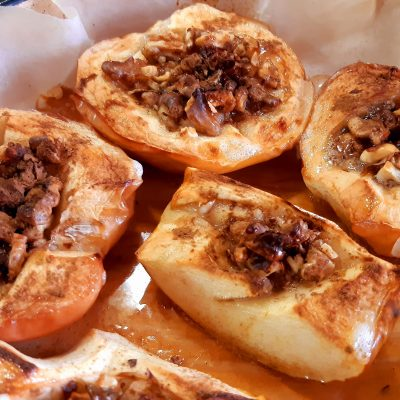 Печени ябълки с орехи
